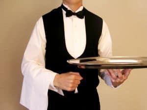 Réaliser le défi de serveur / serveuse pour fêter la fin de célibat, un gage classique !