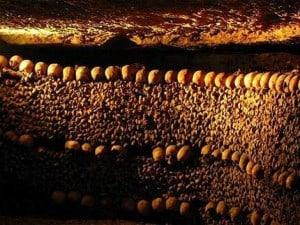 Réaliser l'enterrement de vie de célibataire des mariés en vous rendant dans les catacombes de Paris