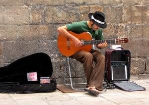 Epreuve d'enterrement de vie de garçàn et de jeuen fille : une chanson dans la rue pour des euros