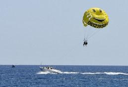 Star des plages l'été, un tour en parachute ascentionnel laissera un bon souvenir aux mariés